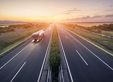 Highway mit Lastwagen